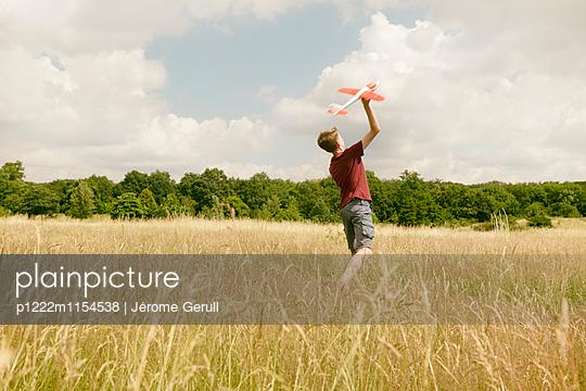 Kind mit Spielflugzeug - p1222m1154538 von Jérome Gerull