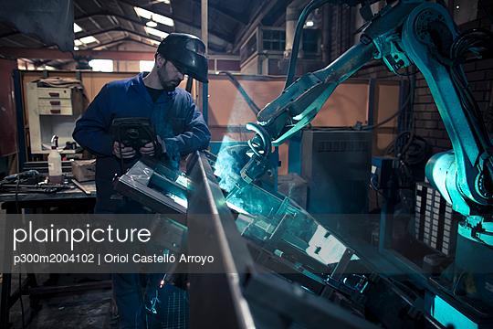 Welder welding metal with robot - p300m2004102 by Oriol Castelló Arroyo