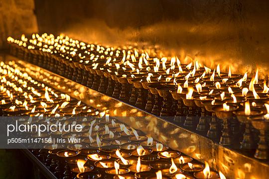 Kerzen in Nepal - p505m1147156 von Iris Wolf