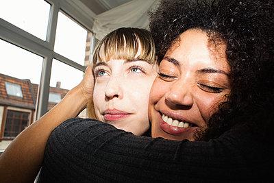 Portrait von zwei Freundinnen, die sich fröhlich umarmen  - p1301m2021003 von Delia Baum