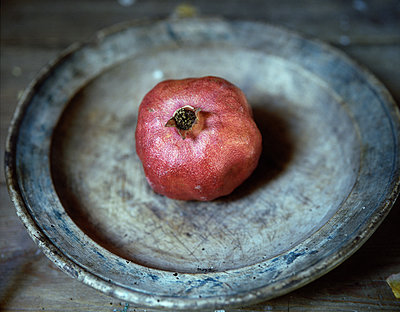 Pomegranate placed on plate - p945m1480851 by aurelia frey