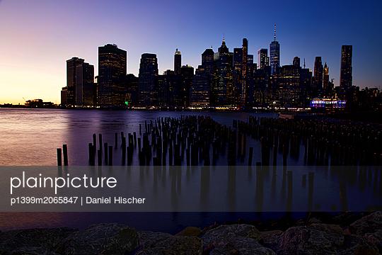 New York in der Abenddämmerung - p1399m2065847 von Daniel Hischer