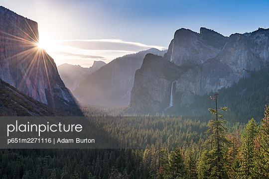 Tunnel View vista of Yosemite Valley in early morning sunlight, Yosemite, California, USA. Spring (June) 2016. - p651m2271116 by Adam Burton