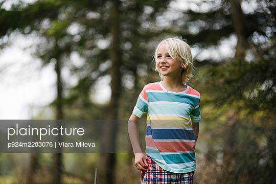 Canada, Ontario, Kingston, Smiling boy in forest - p924m2283076 by Viara Mileva