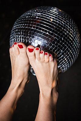 Discokugel auf Füßen balancieren - p045m2054932 von Jasmin Sander