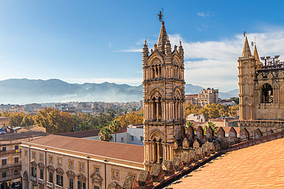 View from the rooftop of the Palermo Cathedral, UNESCO World Heritage Site, Palermo, Sicily, Italy - p871m2110309 by Oliver Wintzen
