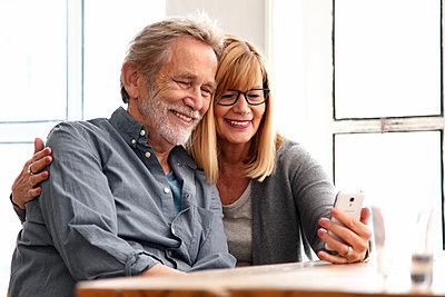 Senioren am Smartphone - p981m1528480 von Franke + Mans