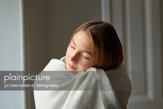Junge Frau in ein Badetuch gewickelt - p1124m1589414 von Willing-Holtz