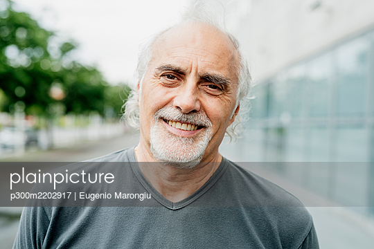 Close-up of smiling senior man in city - p300m2202917 by Eugenio Marongiu