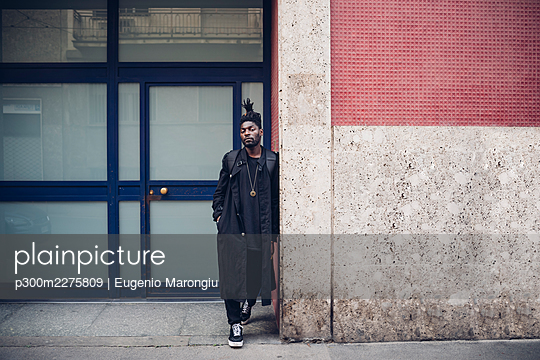 Young man with hand in pocket leaning on wall - p300m2275809 by Eugenio Marongiu