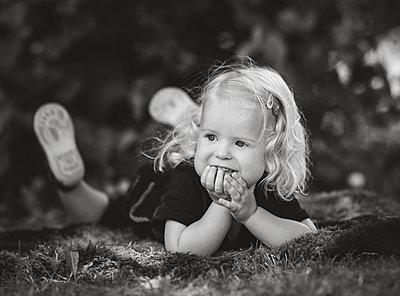 Veschmitztes Mädchen - p1602m2168960 von Frisch Fotografie