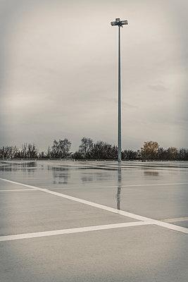 Leerer Parkplatz - p354m1215345 von Andreas Süss
