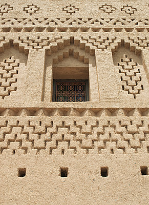 Details on the facade of a mud built kasbah hotel in the Skoura Oasis in Morocco - p429m802711 by Cultura