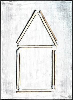 Streichholzhaus - p451m1225420 von Anja Weber-Decker