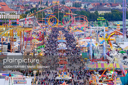 Germany, Bavaria, Munich, View of Oktoberfest fair on Theresienwiese in the evening - p300m1536149 by Martin Siepmann