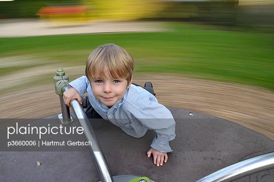 Kleiner Junge auf Drehscheibe - p3660006 von Hartmut Gerbsch