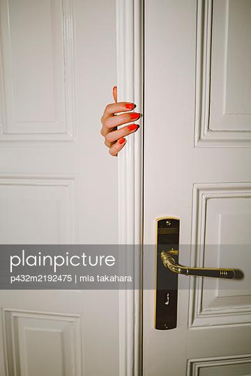 Frauenhand an der Tür - p432m2192475 von mia takahara