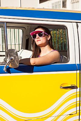 Frau sitzt im VW-Bus - p045m1222953 von Jasmin Sander