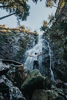 Mann for einem Wasserfall - p1455m2092376 von Ingmar Wein