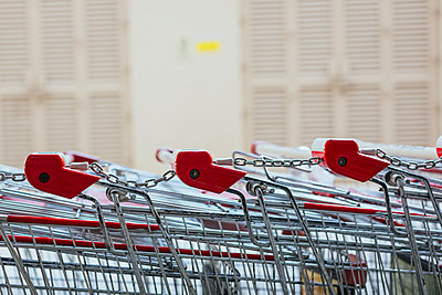 Row of shopping carts, close-up - p300m1115051f by Mauro Grigollo