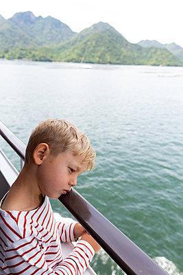Little boy on a ship - p756m2122758 by Bénédicte Lassalle