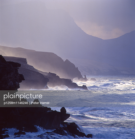 Tosendes Meer an der Westküste Fuerteventuras - p1258m1146246 von Peter Hamel