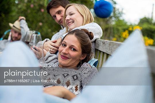 Freunde auf einer Gartenparty - p788m1165267 von Lisa Krechting