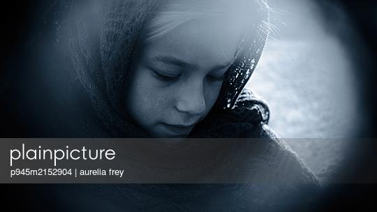 Girl with headscarf, portrait - p945m2152904 by aurelia frey