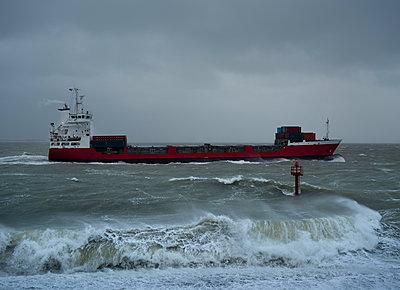 Frachter in der stürmischen See - p1132m2152855 von Mischa Keijser