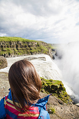 Iceland;  female tourist at the famous Gullfoss Waterfall - p300m838566f by Martin Benik