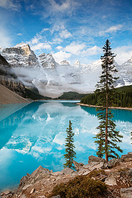 Moraine lake at sunrise in autumn, Banff National Park, Alberta, Canada - p651m2033379 by Matteo Colombo photography