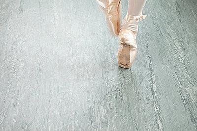 Feet of ballerina en pointe - p9245496f by Image Source
