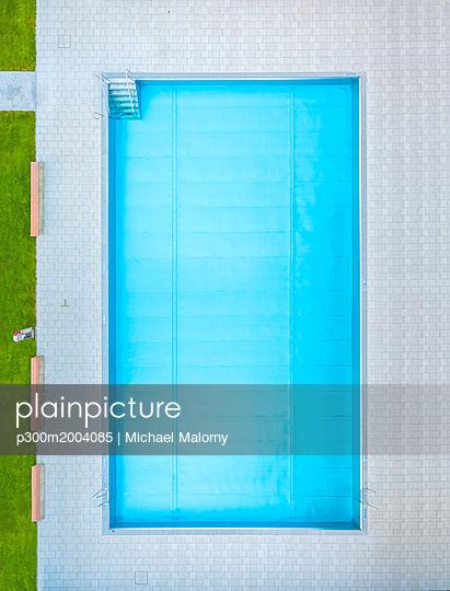 Empty swimming pool, top view - p300m2004085 von Michael Malorny