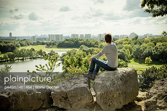 Woman looking at the skyline of Paris - p445m1461464 by Marie Docher