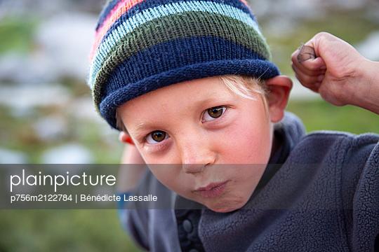 Boy wearing cap - p756m2122784 by Bénédicte Lassalle