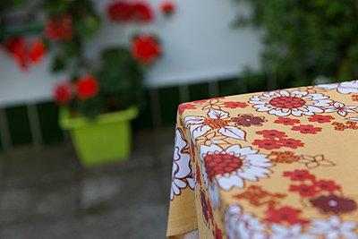 Blumige Tischdecke - p497m903868 von Guntram Walter