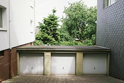 Backyard with garages - p586m1110035 by Kniel Synnatzschke