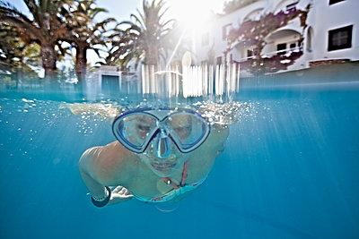 Mädchen unter Wasser - p713m2087666 von Florian Kresse