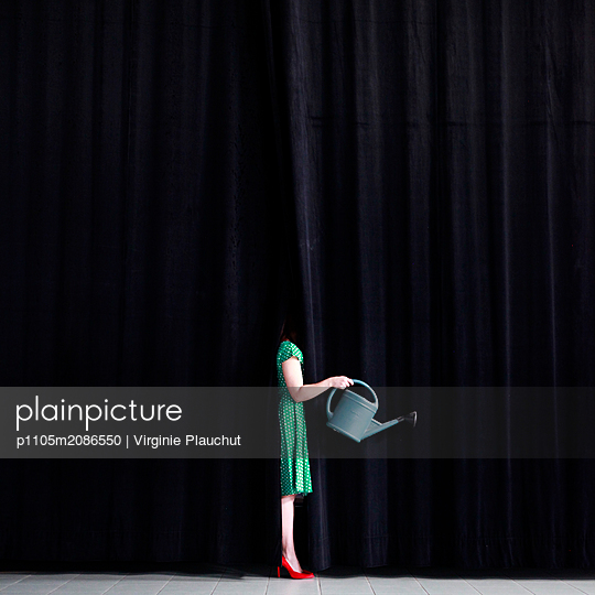 Woman using watering can - p1105m2086550 by Virginie Plauchut