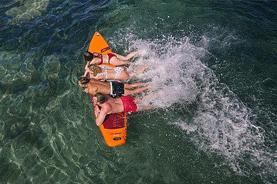 Splashing about on the surfboard - p1437m2283292 by Achim Bunz
