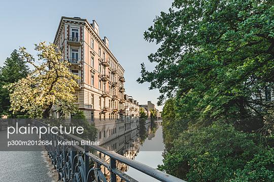 Germany, Hamburg, Eppendorf, residential buildings at Isebek canal - p300m2012684 von Kerstin Bittner