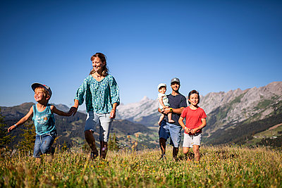 Family goes on a hike in the mountains, France - p1007m2219937 by Tilby Vattard