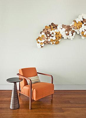 Sessel mit Beistelltisch an Dekoration - p390m1050199 von Frank Herfort
