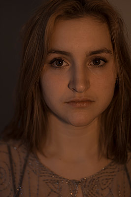 Portrait of young woman with brown eyes - p552m1510390 by Leander Hopf