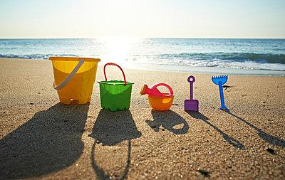 Spielzeug am Strand - p587m715483 von Spitta + Hellwig