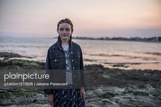 Mädchen am Abend - p1402m1573528 von Jerome Paressant