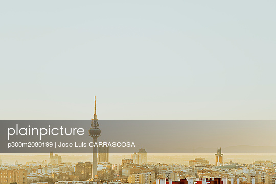 Spain, Madrid, skyline with television tower at dawn - p300m2080199 by Jose Luis CARRASCOSA