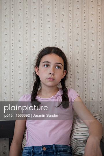 Mädchen sitzt auf Holzbank - p045m1588892 von Jasmin Sander