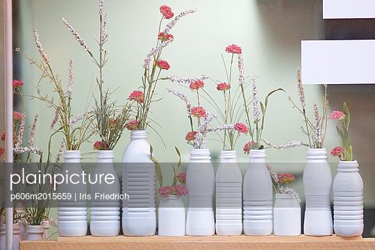 Schaufensterdekoration aus alten Plastikflaschen - p606m2015659 von Iris Friedrich