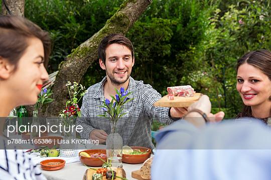 Freunde auf einer Gartenparty - p788m1165386 von Lisa Krechting